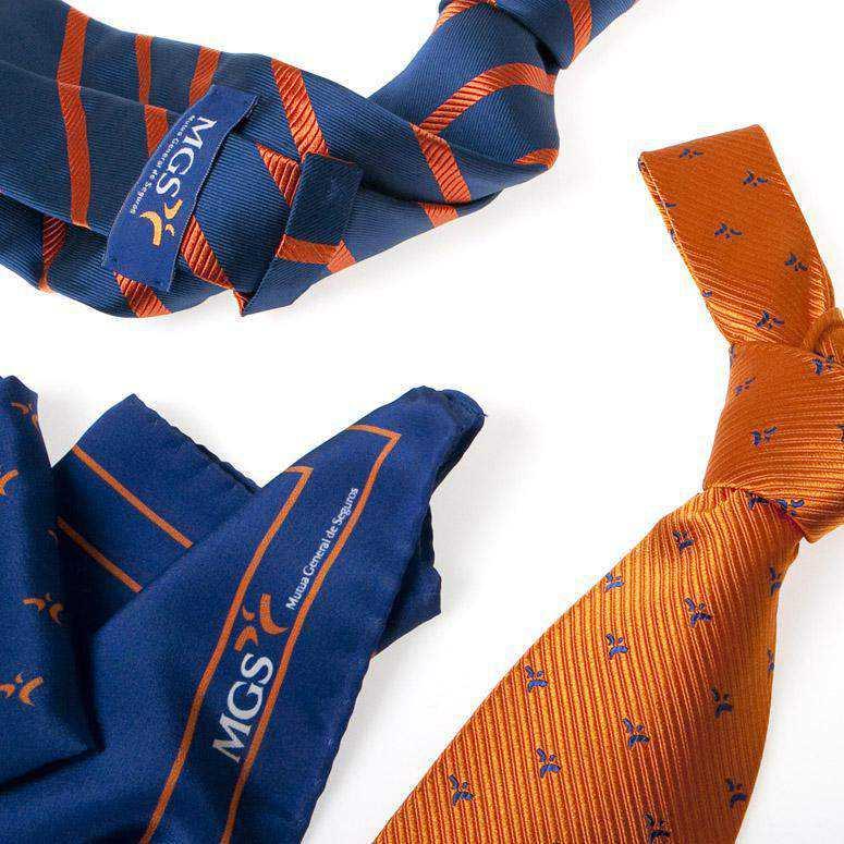 Corbata y pañuelo de seda corporativos